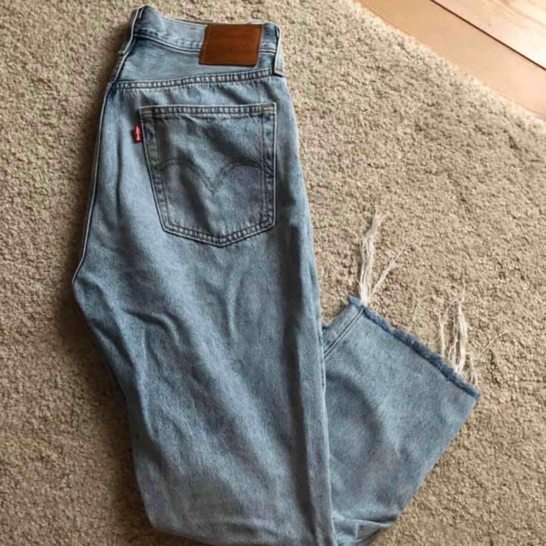 Säljer mina nästintill helt nya Levis jeans (använt dem en gång!) Modellen är 501. W: 26/27 L: 28  Färgen är i den perfekta blåa jeans färgen och passformen lika så.   Nypris var 1249kr. Jeans & Byxor.