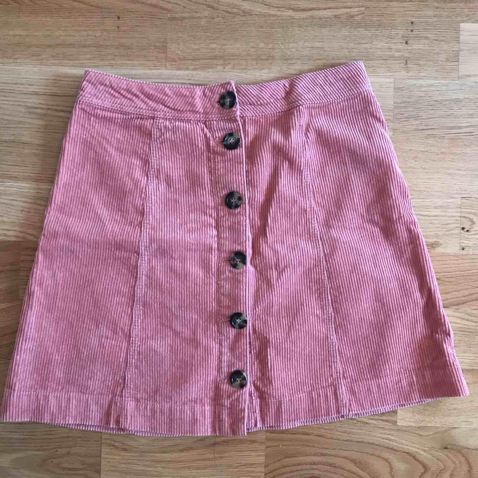 Rosa manchester kjol från hm, aldrig använt. Kjolar.