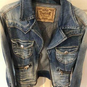 Nolita denim jacka, jeans blå jacka från Nolita med ett tryck av svag leopard på ryggen, framtill finns dragkedja och fickor plagget är inte använt många gånger men på den vänstra armen saknas en knapp. Inköpspris 700kr