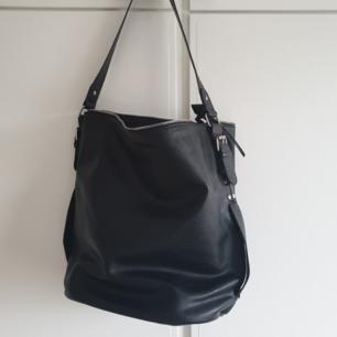 Jättefin svart väska från pieces! Fick i present och aldrig använt då den är lite förstor för mig.  Kan mötas upp i Karlskrona, annars står köpare för frakt💓