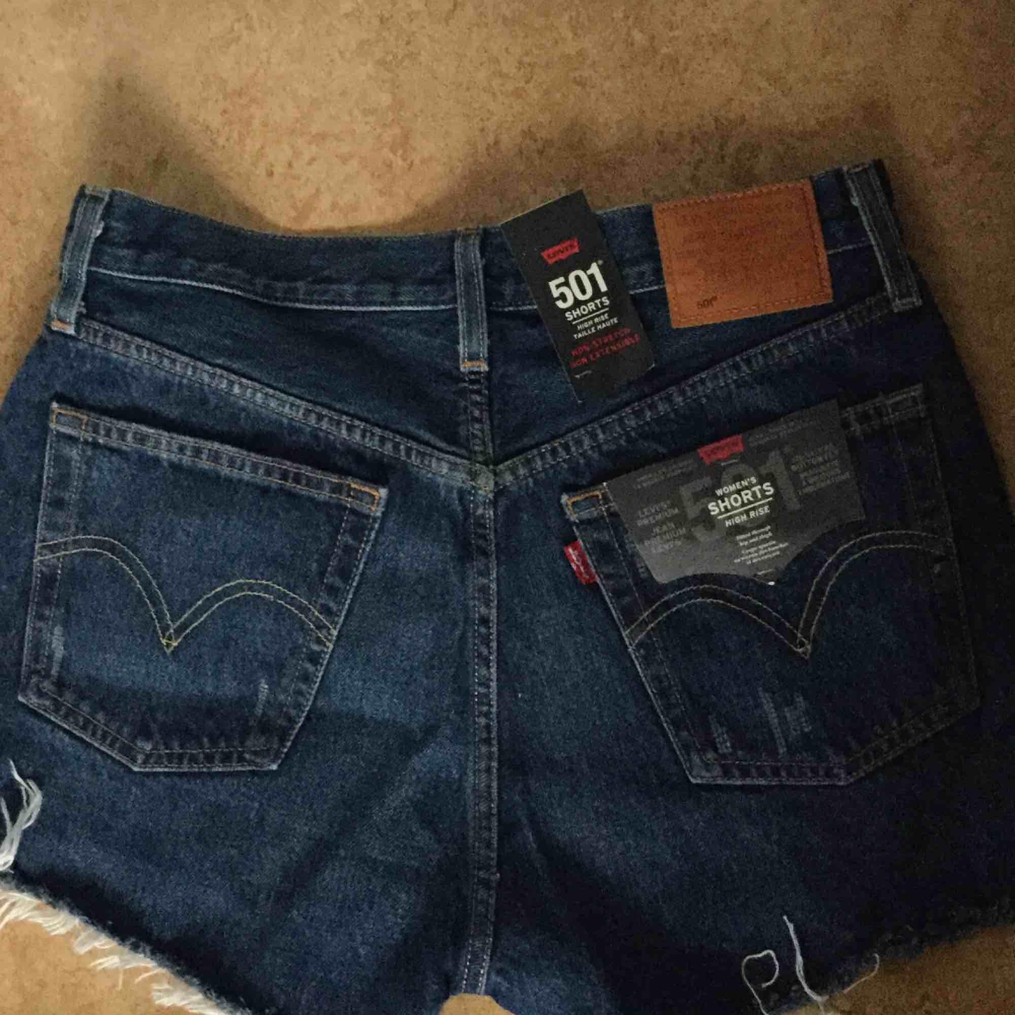 Levis High Rise shorts som är helt nya och oanvända säljer pga att dom ej passar mig och glömde skicka tillbaka dom!   Nypris - 549kr. Shorts.