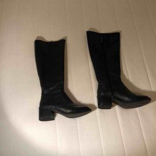 Fett snygga boots med liten klack på 5 cm. Har använt de några gånger men de har inga skador och är inte slitna.