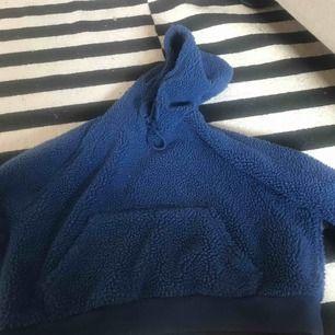 Fin blå hoddie i Teddy tyg från monki Köpt för 500