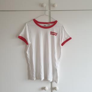 Säljer en fin vit/röd t-shirt från Levi's i storlek M. Jättefin, knappt använd! Kan mötas upp i Karlskrona, annars står köpare för frakt💓