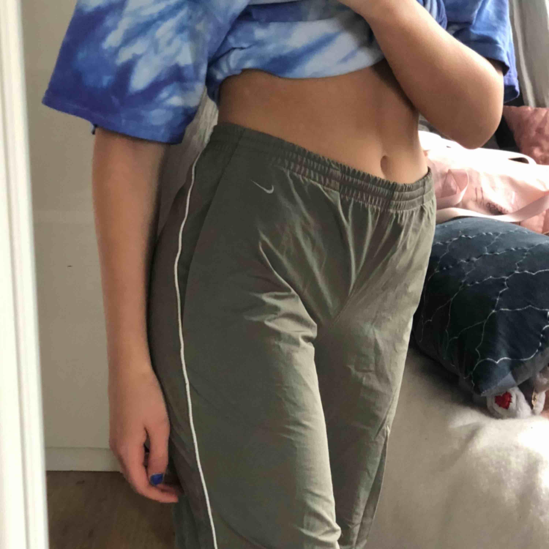 Väldigt snygga nikebyxor som tyvärr e för stora för mig  Mer gråa i verkligheten. Jeans & Byxor.