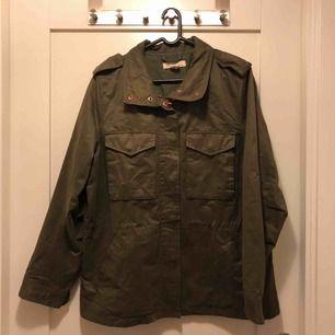 Militär Grön höst/vårjacka. Jätte snygg och skön. Säljer pågrund av att den är för stor