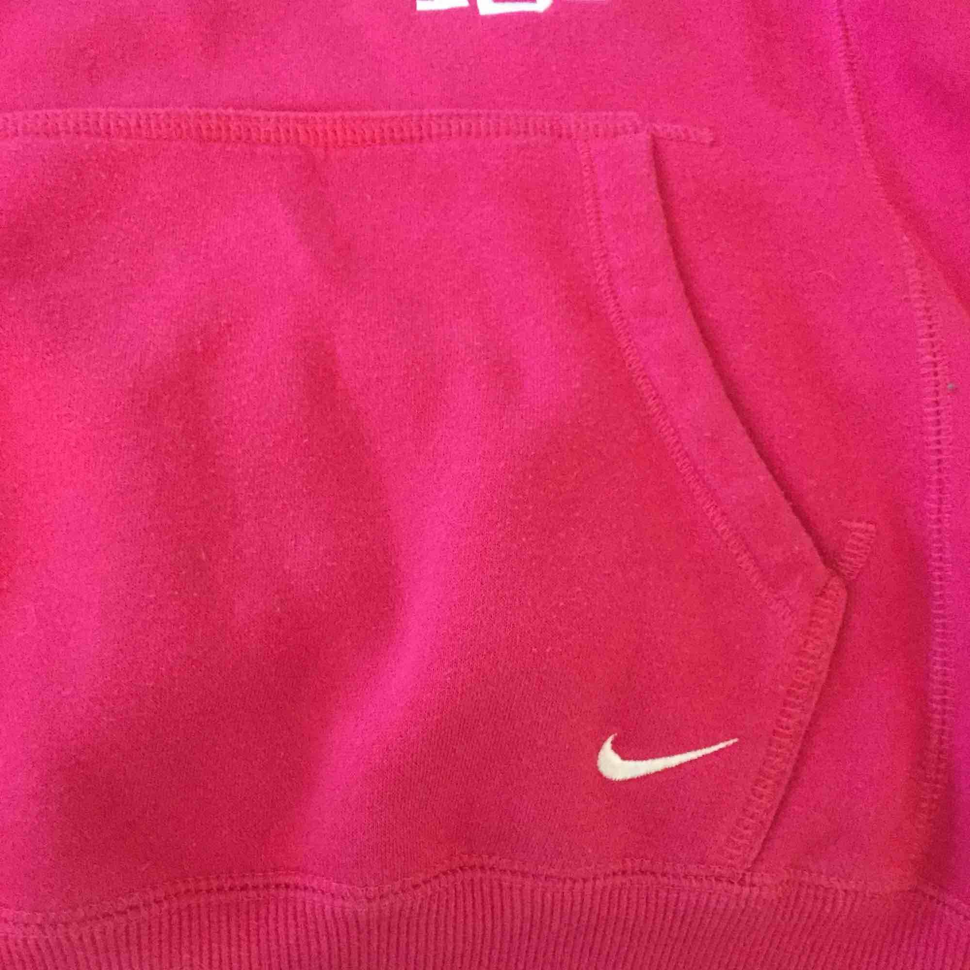 En rosa hoodie från Nike, super skön å skön att träna i oxå.. Huvtröjor & Träningströjor.