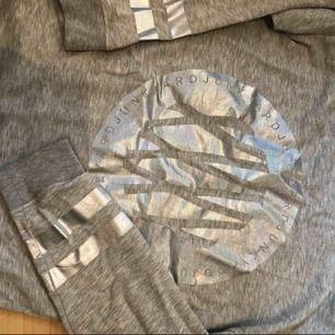 Märkeströja från Junkyard. Storlek XS ( oversize ).  Är du storlek M kan du också ha tröjan. Men då sitter den som en vanlig långärmad, alltså inte pösigt.