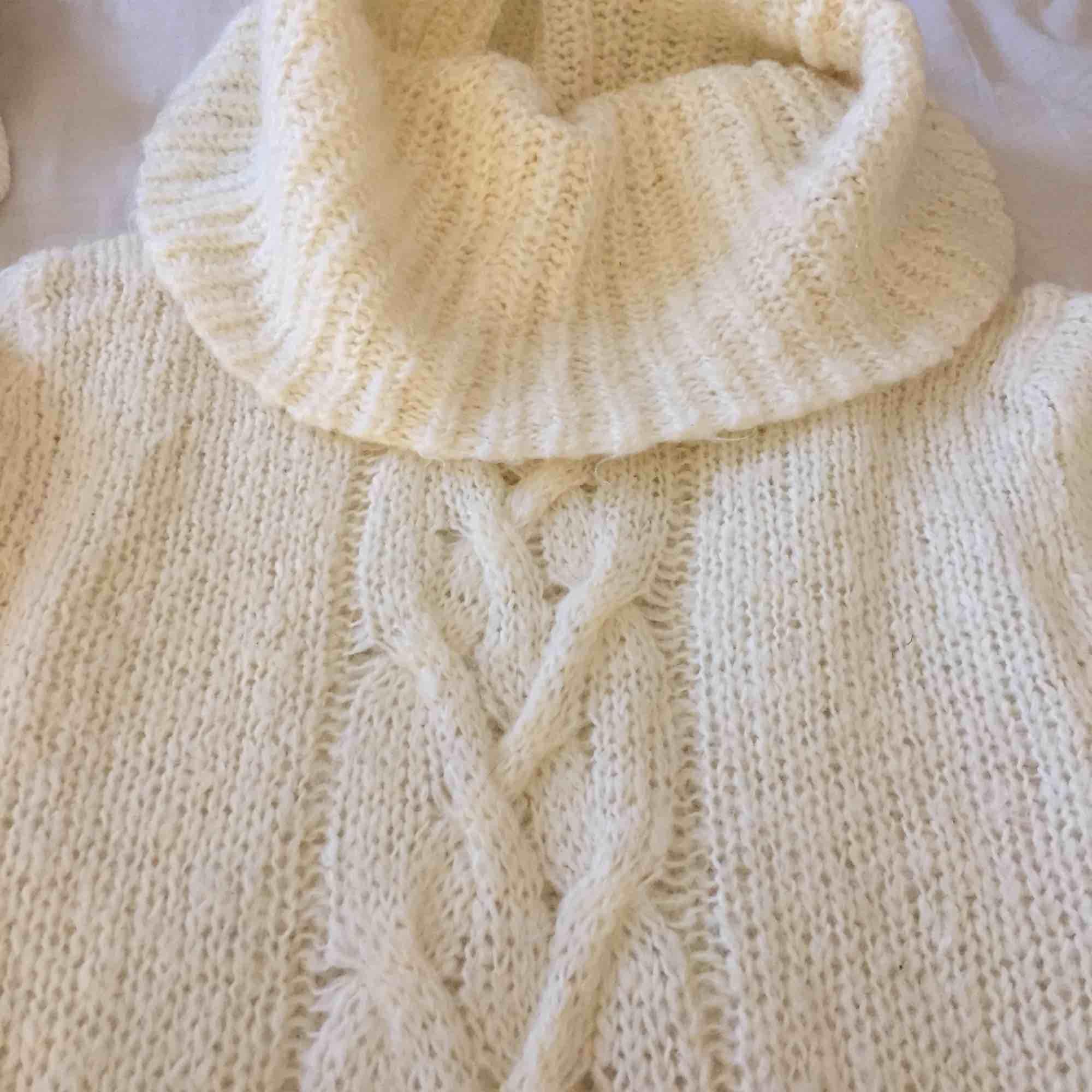 En lite gammaldags vit, stickad klänning/tröja med polo. Sååå himla skön . Stickat.