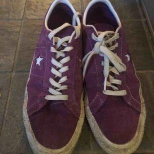 Converse one star ox. Väl använda men inga praktiska fel med skon. Frakt: 60kr. Skri om du har några funderingar!