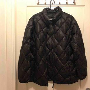 Varm svart jacka som man kan ha under vintern och hösten. Mycket lätt men väldigt varm och vind skyddande