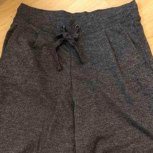Kostymbyxor. Känns som mjukisbyxor men ser ut som kostymbyxor. Riktig mjuka och sköna.  Fickor fram. En ficka där bak men den är inte öppen.