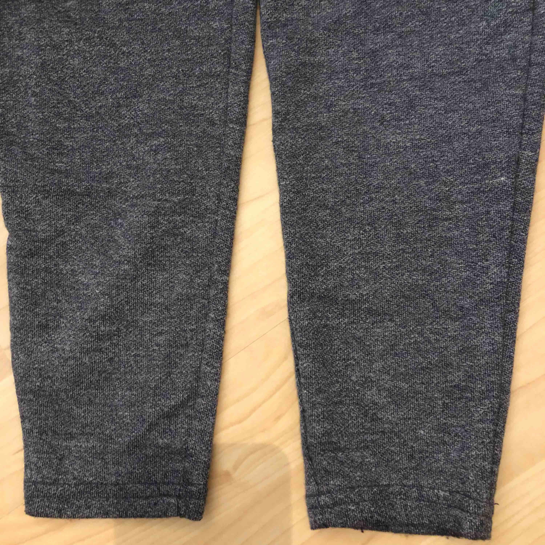 Kostymbyxor. Känns som mjukisbyxor men ser ut som kostymbyxor. Riktig mjuka och sköna.  Fickor fram. En ficka där bak men den är inte öppen. . Jeans & Byxor.