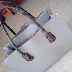 Väska från H&M. Mycket rymlig och i mycket fint skick! (Säljer denna åt en därav bilder) Kontakta mig vid intresse🥰