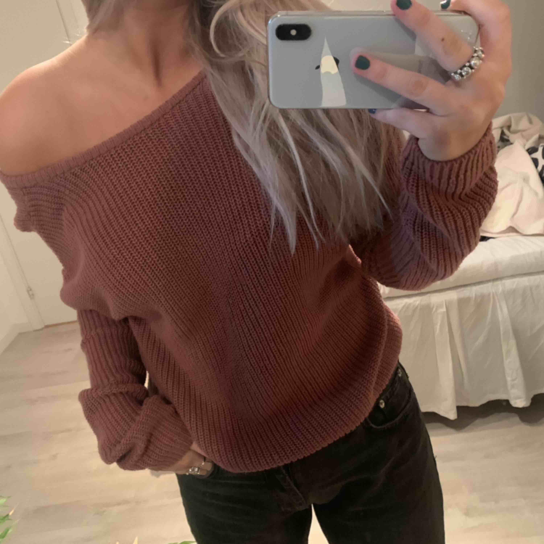 Oversized stickad tröja ifrån NAKD i storlek XS, men passar även mig som S. Tröjan är djup i ryggen. Köparen står för frakt såvidare man inte har möjlighet att mötas upp i närheten av Helsingborg. . Stickat.
