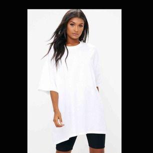 En fin vit oversize T-shirt från Pretty little thing. Helt oanvänd! Super fin och passar till allt! Säljet den då jag har en till likadan. Det är one size 👌🏼