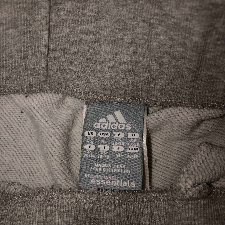 Adidasbyxor. Storlek XS.  två fickor fram  Snöre i midjan. Ca 77cm från skrevet ner till ankeln . Jeans & Byxor.