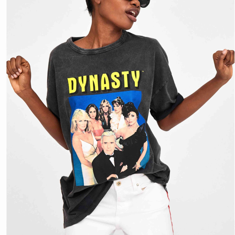 Limited edition Zara dynasty oversized T-shirt. Storlek S. Köpare står för frakt😊. Blusar.