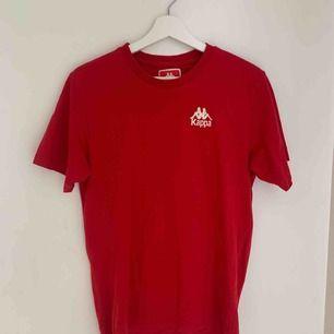 Säljer denna snygga kappa t-shirt! Använd ett fåtal gånger så i bra skick. Sitter snyggt! Köparen står för frakt💕