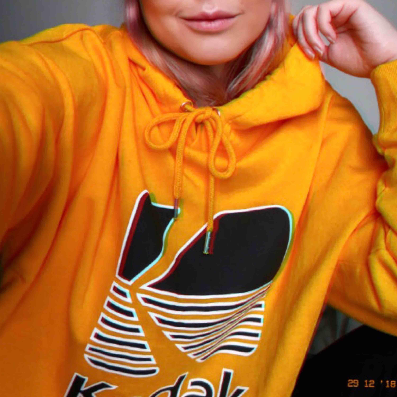 Super snygg gul oversized hoodie med Kodak print, endast använd några gånger. ✨ (Lånad bild) ☺️. Huvtröjor & Träningströjor.