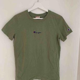 Säljer min gröna champion t-shirt då den inte kommer till användning längre! Fin grön färg och bara använd fåtal gånger så i bra skick. Köparen står för frakt💕