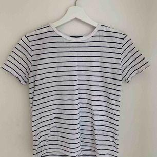 Säljer min randiga t-shirt ifrån Brandy Melville! I bra skick och väldigt bekväm. Köparen står för frakt💕