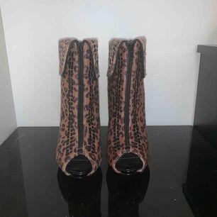 Helt nya leopard klackar.  Det är fel storlek och sitter bara i garderoben.  Vill gärna att någon ska kunna använda dem istället.