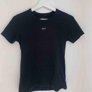 Säljer denna svarta t-shirt från Esprit. Använd fåtal gånger och i bra skick! Köparen står för frakt och betalning sker via swish💕