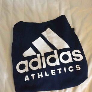 Adidas tröja i fint skick 🥰 Loggan är på ryggen. Har dragkedja