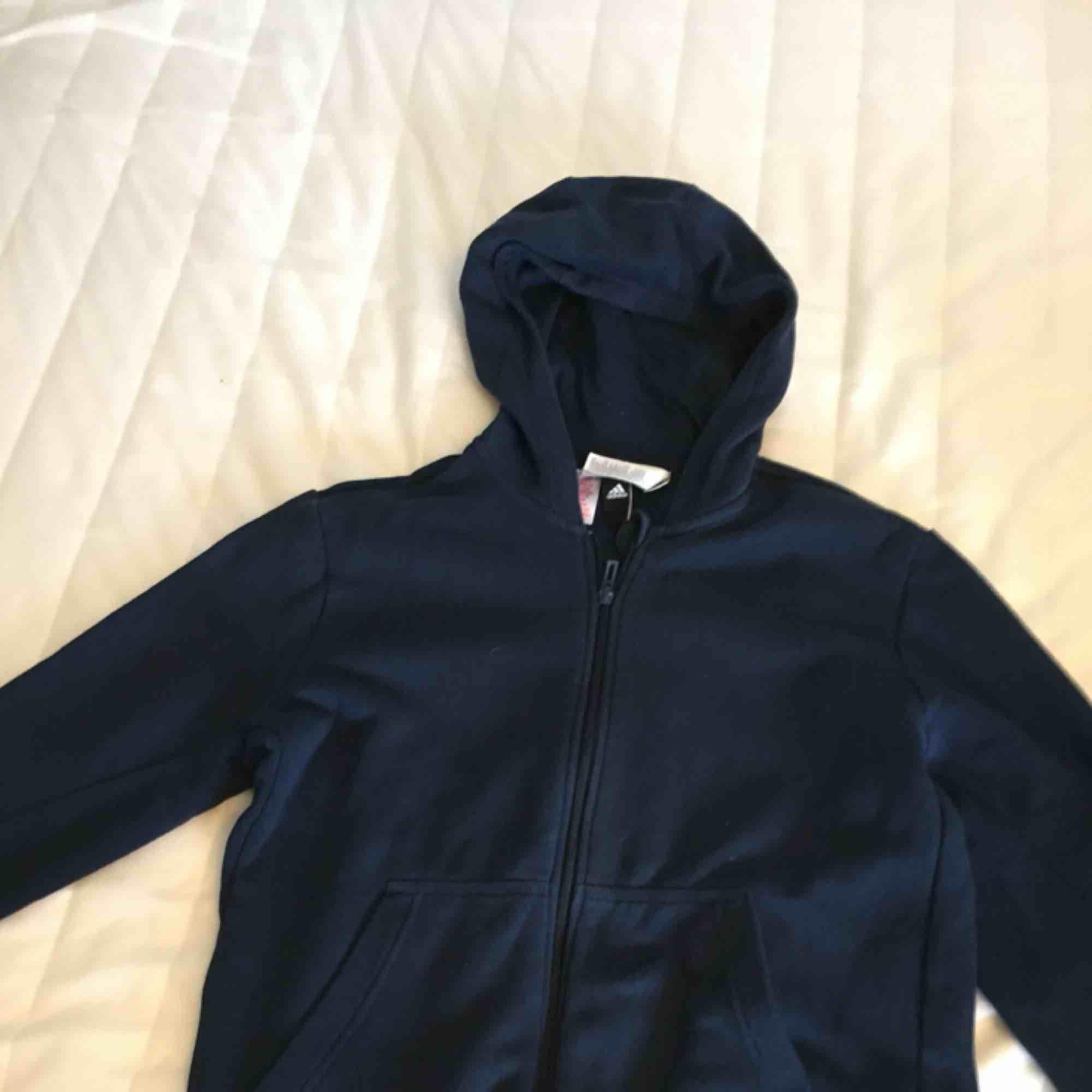 Adidas tröja i fint skick 🥰 Loggan är på ryggen. Har dragkedja . Huvtröjor & Träningströjor.