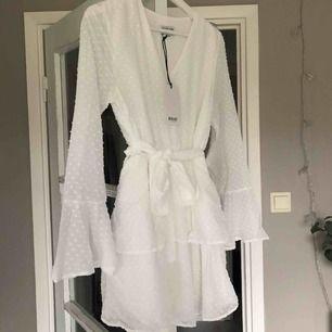 Jättefin vit klänning, perfekt till student eller skolavslutning. Aldrig använd, säljer då den var för liten. Köparen står för frakten