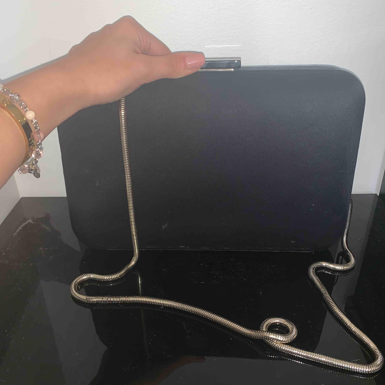 Jätte fin zara väska i svart. Använt ett par gånger . Väskor.