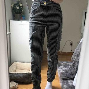 Randiga cargo pants, limited edition och säljes inte mer. Knappt använda då det inte är min stil, köparen betalar frakten💕