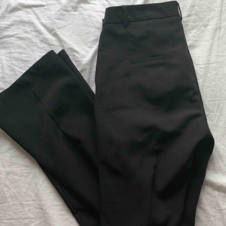 Svarta bootcutbyxor ! Tyvärr blivit lite noppriga i tvätten vid midjan av byxan, därav priset! . Jeans & Byxor.