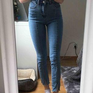 Ljusblå jeans med slits nertill, superfint skick och knappt använda då det ej är mig stil. Köparen betalar frakten💕