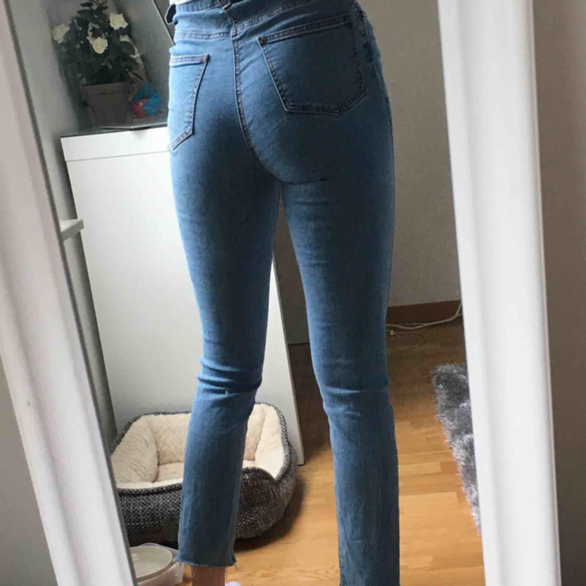 Ljusblå jeans med slits nertill, superfint skick och knappt använda då det ej är mig stil. Köparen betalar frakten💕. Jeans & Byxor.