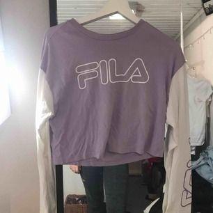 Fila tröja köpt på urban outfitters för 2 år sedan. Använt ca 3 gånger så i nyköpt skick. Säljer pga använder inte mycket. Är 162 och den slutar lite under min navel. Frakt inte inkluderat.