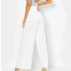 Superfina vida vita kostymbyxor. Helt nya, säljer pga har flera i olika färger och behöver egentligen inte så många. Frakt tillkommer