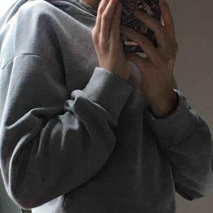 Grå hoodie i kortare modell, fleecefodrad och supermysig. Köparen betalar frakten💕