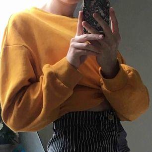 """Gul sweatshirt med en """"knytning"""" framtill, kortare modell. Knappt använd, köparen betalar frakten💕"""