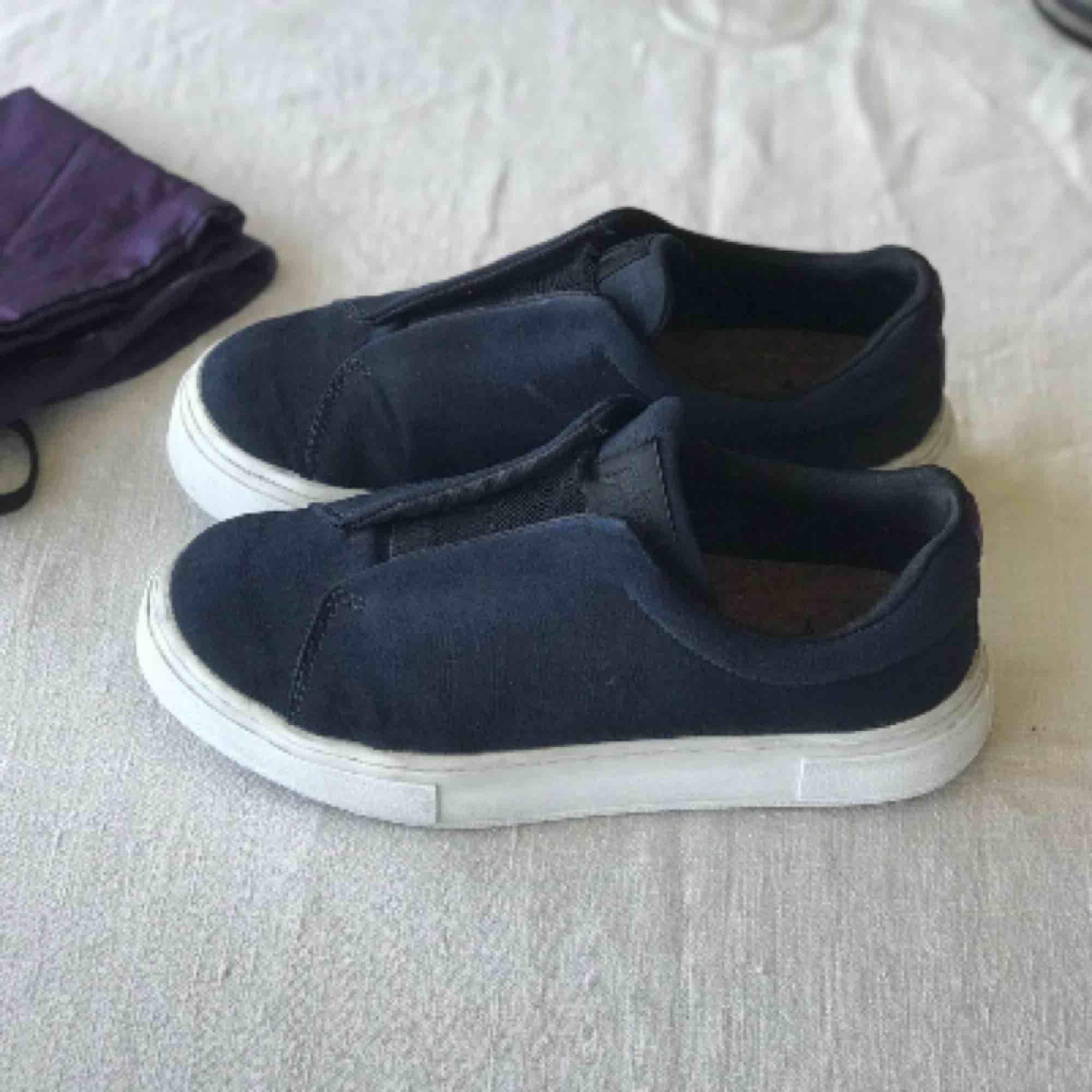 (Många intresserade så tveka inte på att skriva)Modellen Doja, marinblåa! säljer pga att jag köpte dem o dem var lite för stora för mig😕 köpta av en annan tjej men ändå fint skick (endast testade av mig pga storleksfel) Finns inte längre kvar i butik. Skor.