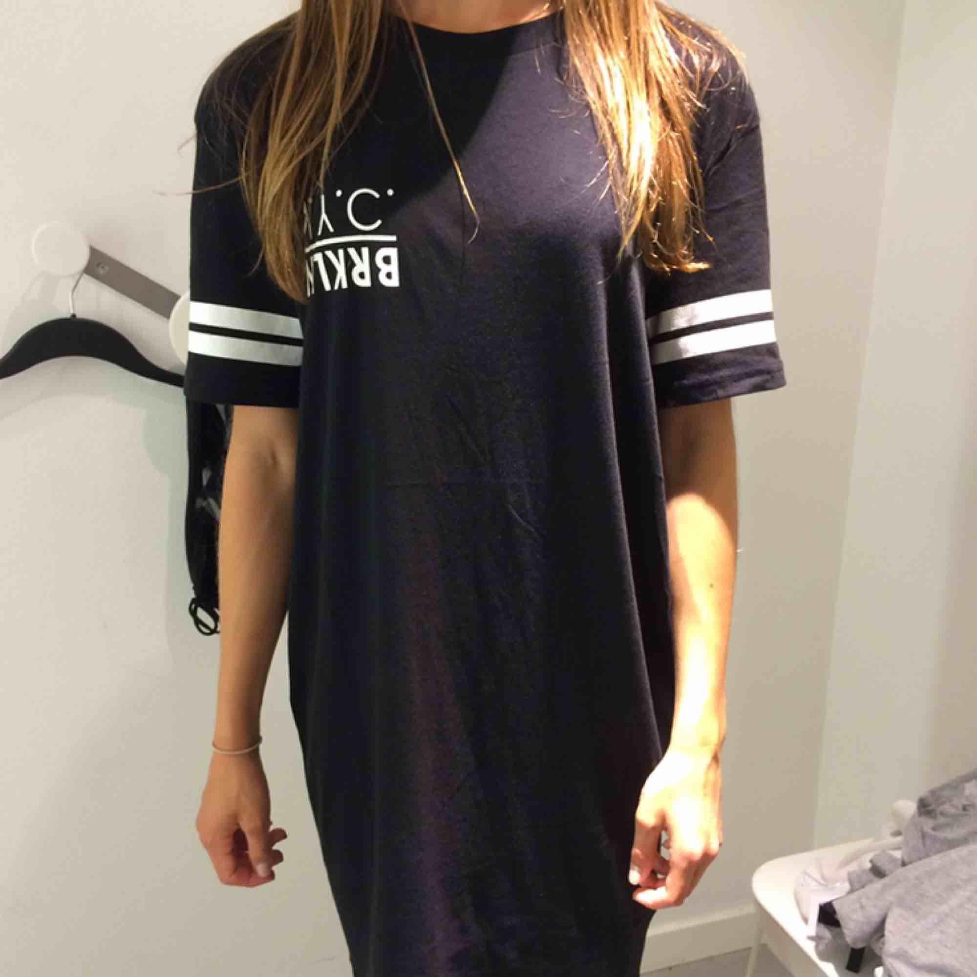Snygg T-shirt-klänning som är perfekt till hösten att styla med ett par boots och en oversized jacka 🖤 köparen står för frakten. Klänningar.