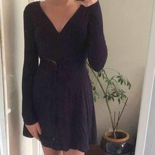 Säljer en jättesnygg långärmad klänning från Cubus, använd endast en gång.💙💙💙