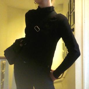 Fin svart collegetröja med polokrage! Minns ej var jag köpte den men antagligen humana✌