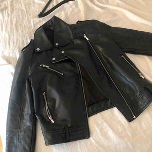 Säljer denna super sköna skinn jacka som passar skit snyggt till hösten och våren!! Den är i storlek XS och sitter skit bra på, säljer för 200kr  Köparen står för frakt om den inte kan mötas upp i Linköping 💫