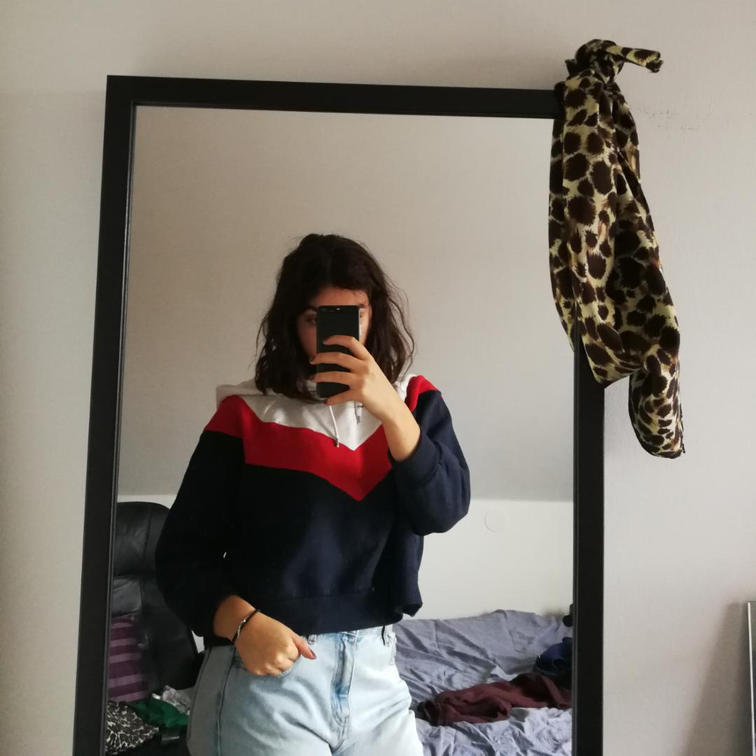 Croppad trefärgad hoodie med luva. Från Monki. Accessoarer.