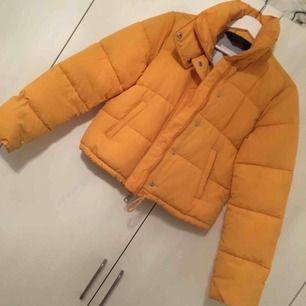Gul puffig jacka i kortare modell, köparen betalar frakten💕
