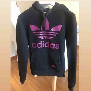 Adidas dam hoodie Använd några ggr Storlek:S ord pris: 400kr Tjock tyg är bra för vintern.