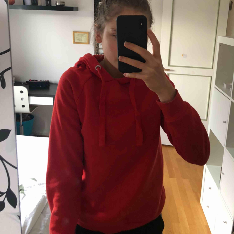 Superfin röd hoodie! ❤️💓💞🌟🍁❤️. Huvtröjor & Träningströjor.