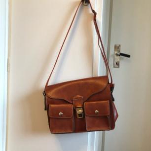 Jättefin brun väska i bra läderimitation! Justerbart axelband😊